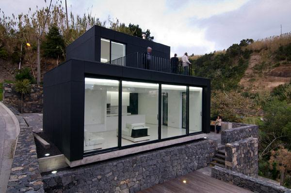 Dom w czarnym kolorze