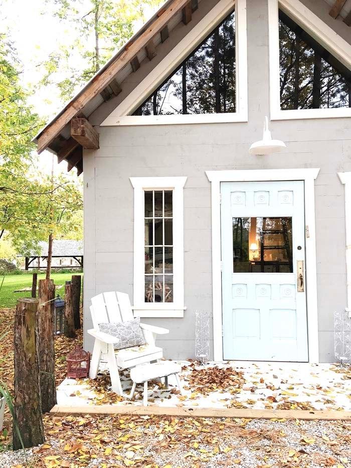 Mały dom, bez pozwolenia na budowę z antresolą