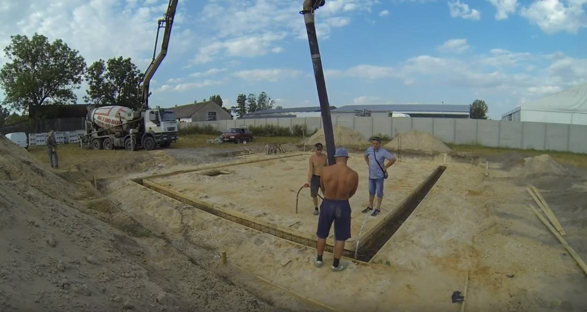 Budowa domu systemem gospodarczym, odcinek 3, zalewanie fundamentów
