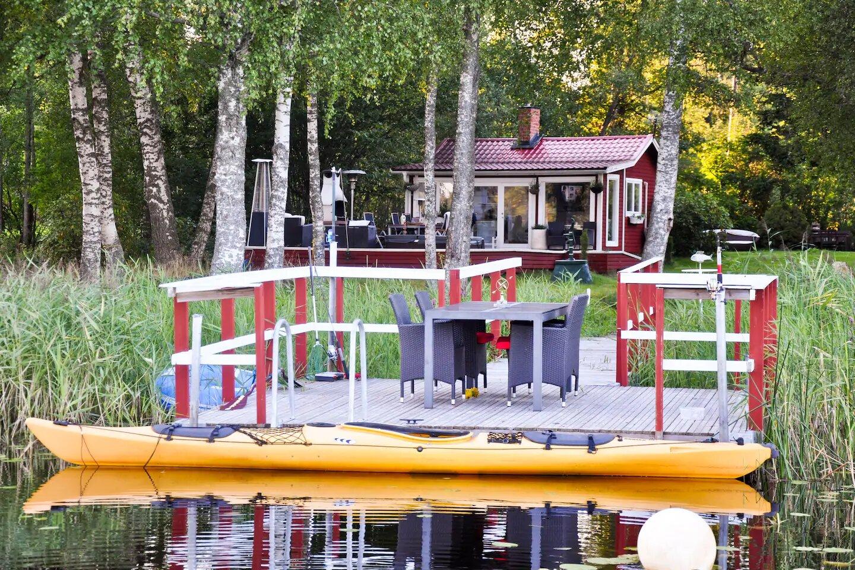 Mały domek nad jeziorem