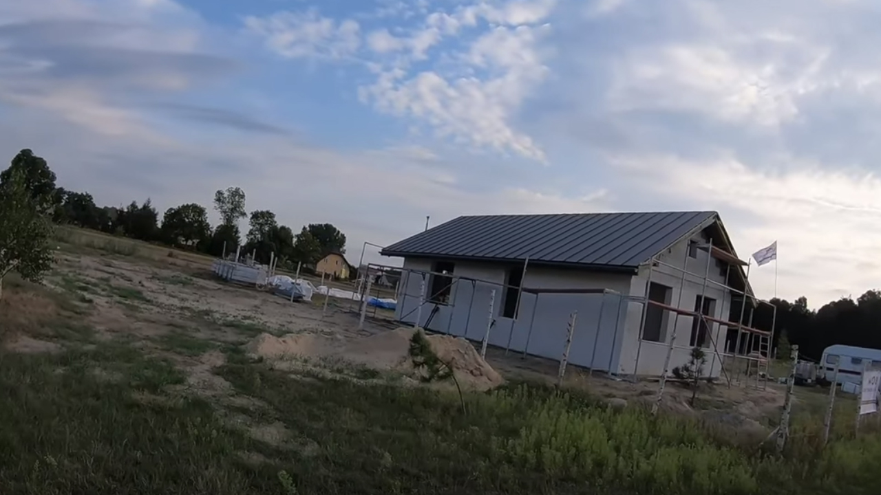 Poradnik budowy domu, odcinek 25, instrukcja montażu blachy na rąbek stojący, cz.3