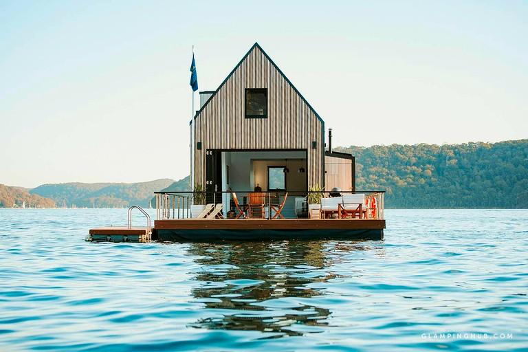Dom z antresolą, na wodzie