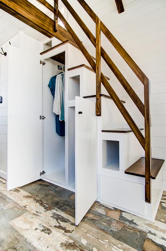 wbudowane szafki pod schodami